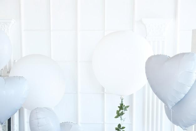 Świąteczny tło z białych balonów.