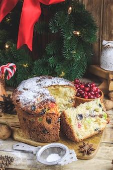 Świąteczny tort panettone i ozdoby świąteczne