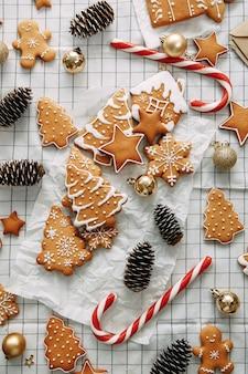 Świąteczny układ flatley z ciasteczkami i choinką kompozycja z imbirowymi ciasteczkami