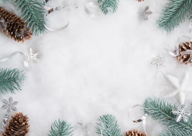 Świąteczny układ gałęzi sosny i dekoracje na śniegu z miejscem na kopię. ferie zimowe leżały płasko