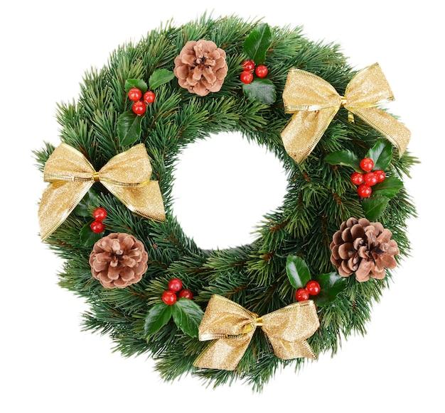 Świąteczny wieniec dekoracyjny z liśćmi jemioły na białym tle