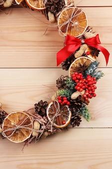 Świąteczny wieniec na drewnianym stole