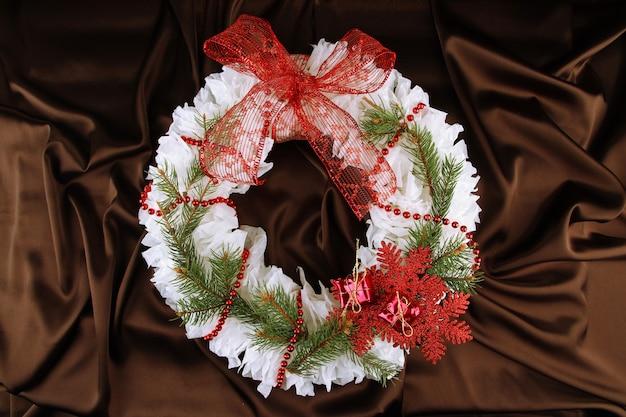 Świąteczny wieniec na tle tkaniny