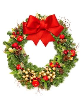 Świąteczny wieniec z czerwoną wstążką i złotą dekoracją na białym tle