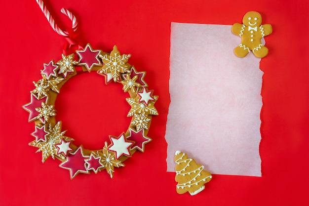 Świąteczny wieniec z piernika z kartką papieru na życzenia.