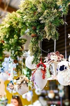 Świąteczny wystrój domu, biura i restauracji, koncepcja przygotowania do bożego narodzenia
