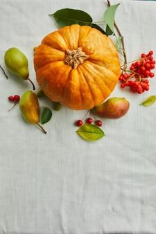 Świąteczny wystrój jesienią z dynią na stole