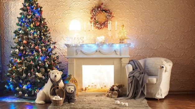 Świąteczny wystrój, kominek w tle bożego narodzenia. boże narodzenie i nowy rok urządzone wnętrze pokoju