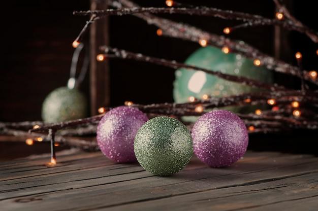 Świąteczny wystrój na drewnianym stole