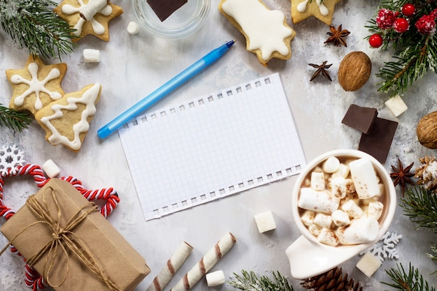 Świąteczny wystrój stołu, gorąca czekolada i gratulacje na piśmie