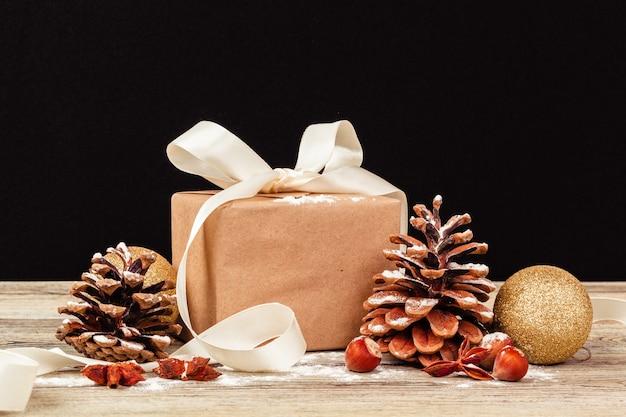 Świąteczny wystrój stołu z pudełkiem prezentowym