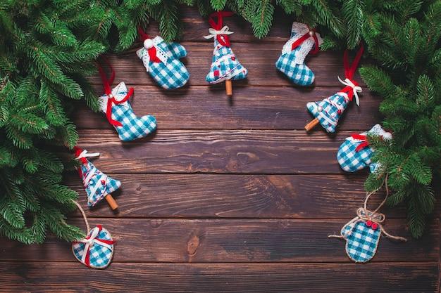Świąteczny wystrój w stylu vintage - niebieskie zabawki w kratkę na drewnianym stole