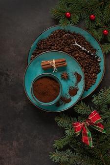 Świąteczny wystrój z gałęzi jodły i ziaren kawy w talerzu z laskami cynamonu