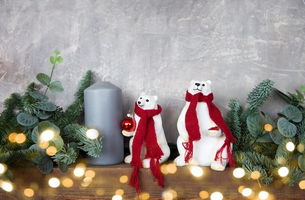 Świąteczny wystrój ze świecami i białymi misiami. świąteczne wnętrze domu.
