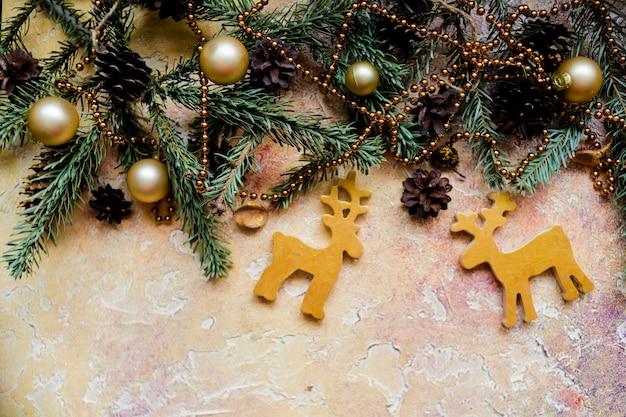 Świąteczny wzór z wolną przestrzenią na tekst i złotym xmas jeleniem i dzwoneczkami. ozdoba choinkowa.