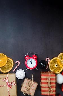 Świąteczny zestaw z prezentami zawiniętymi w papier kraftowy, drewniane zabawki na choinkę