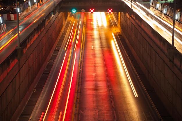 Światła drogowe samochodów na drodze.