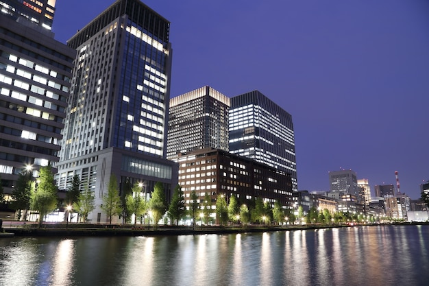 Światła miasta tokio odbijają się od wody