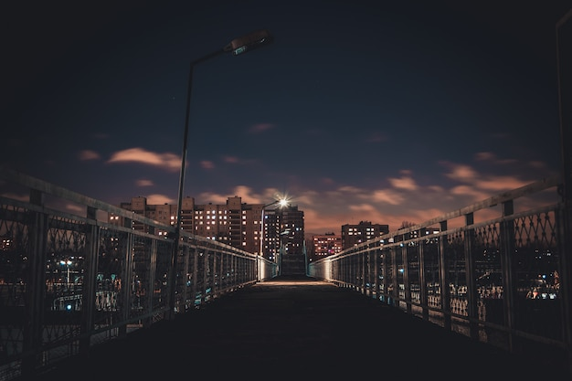 Światła nocnego miasta. wysokie domy w nocy.