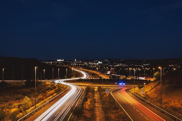 Światła samochodowe ślizgają się w mieście toledo. kreatywna fotografia nocna