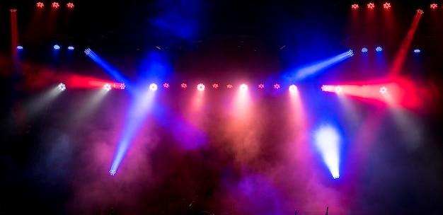 Światła sceniczne. kilka projektorów w ciemności.