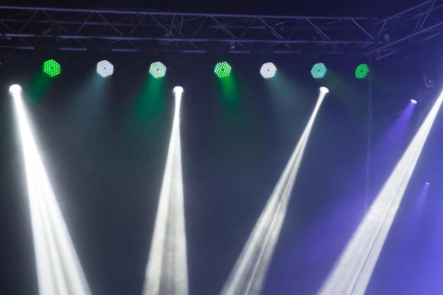Światła sceniczne na koncercie. sprzęt oświetleniowy z wielokolorowymi belkami.