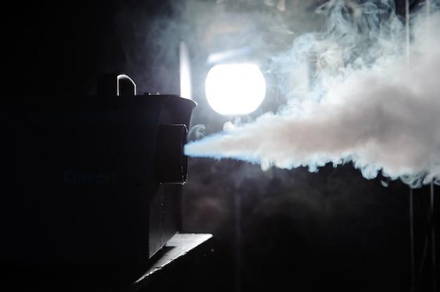 Światła w dymie, światła studyjne świecące przez dym