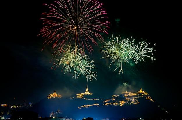 Światło i fajerwerki pokazują w phra nakhon khiri rocznym jarmarku na frbruary przy phetchaburi prowincją, tajlandia.