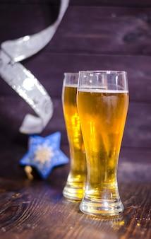 Światło piwa w okularach na świątecznym tle