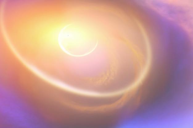 Światło planety przebija się przez chmury na niebie