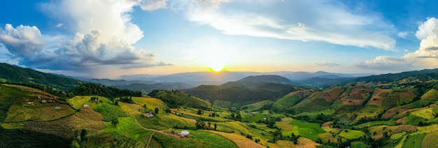 Światło słoneczne o zmierzchu krajobrazu ryżu. pa bong piang tarasowe pola ryżowe, mae chaem, chiang mai tajlandia