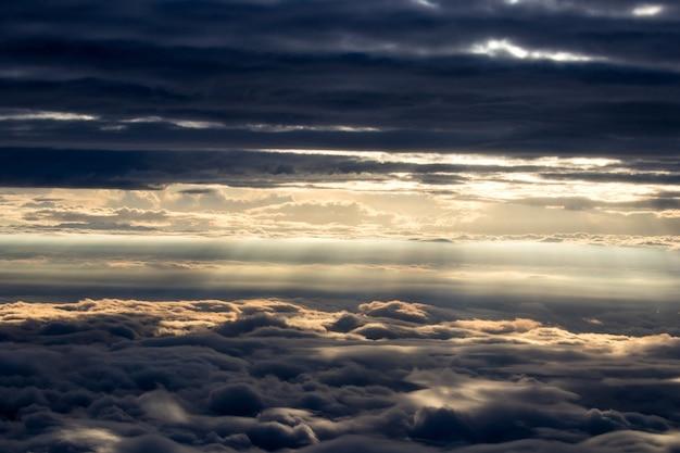 Światło słoneczne przechodzące przez chmury
