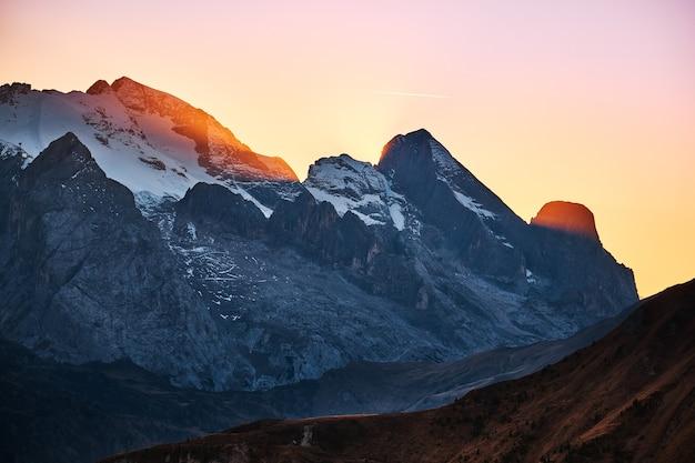 Światło słoneczne przez alpejskie góry