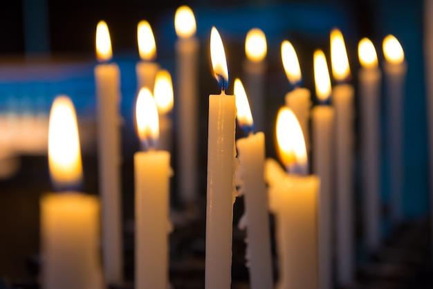 Światło świec w kościele na czarnym tle