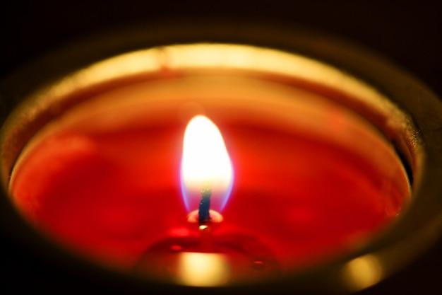Światło świecy w noc bożego narodzenia