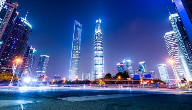 Światło szlaków na nowoczesnym budynku
