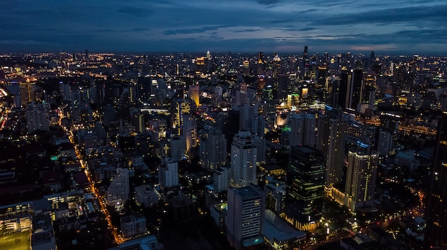 Światło w mieście, światło budynków i dróg