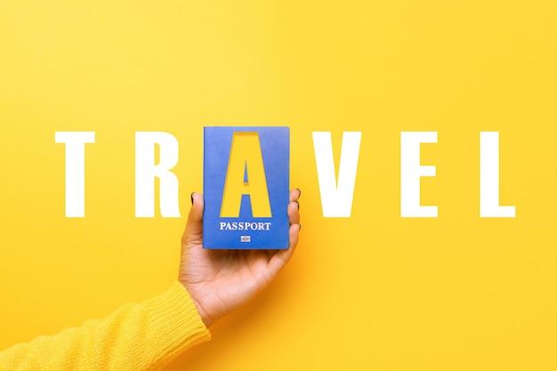 Światowa koncepcja podróży z niebieskim paszportem w ręku