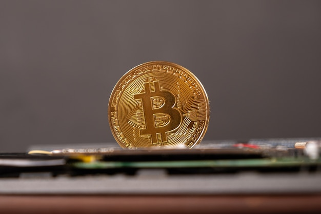 Światowa kryptowaluta, złota moneta bitcoin z bliska.