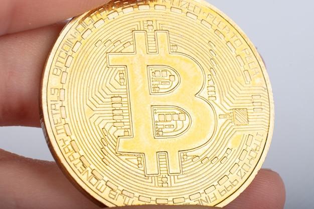 Światowa kryptowalutowa moneta bitcoin w ręku z bliska makro