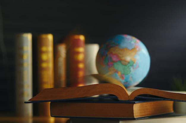 Światowa kula na książce. szkoła edukacyjna concept