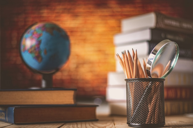 Światowa kula na książki. koncepcja szkoły edukacji
