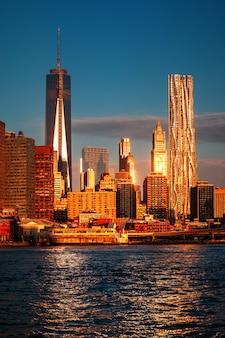 Światowe centrum handlu. panoramę dolnego manhattanu wzdłuż east river.