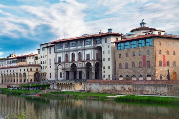 Światowej sławy muzeum uffizi na brzegu rzeki arno, florencja, włochy