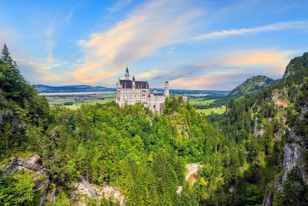 Światowej sławy zamek neuschwanstein, południowo-zachodnia bawaria, niemcy latem