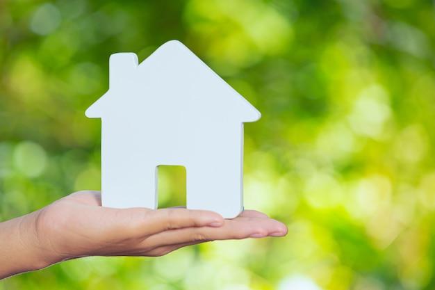 Światowy dzień habitatu, model domu pod ręką