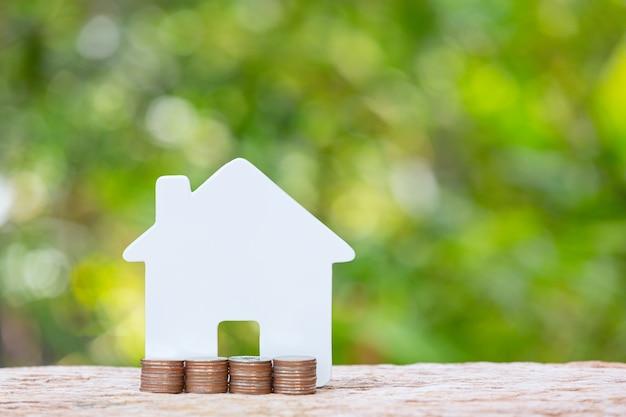 Światowy dzień habitatu, zbliżenie stosu monet i modelu domu