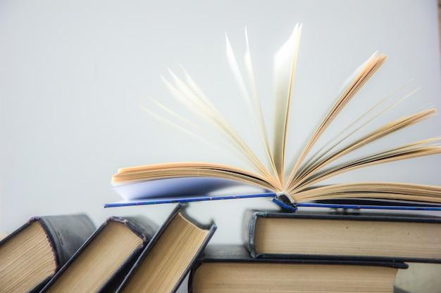 Światowy dzień książki. stos kolorowych książek. wykształcenie powrót do szkoły. koncepcja biznesowa edukacji. skopiuj miejsce na tekst