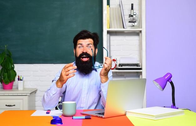 Światowy dzień nauczyciela nauczyciel praca edukacja student przygotowujący się do testu lub egzaminu poważny brodaty mężczyzna