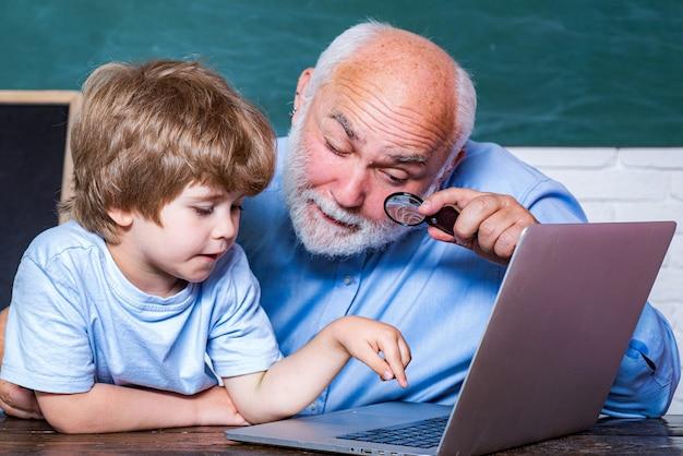 Światowy dzień nauczyciela. portret przekonany stary nauczyciel. dziecko ze szkoły podstawowej i nauczyciel z